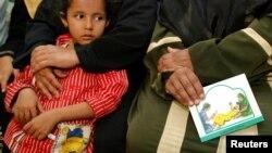 Une femme tient une carte contre les mutilations génitales féminines au cours d'une session pour éduquer les femmes à Minia, en Egypte, le 13 juin 2006.