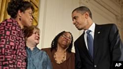 奥巴马签署仇恨犯罪法之后与民众交谈