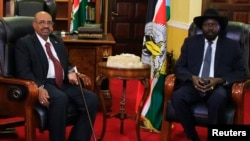 South Sudan President Salva Kiir (R) and his Sudanese counterpart Omar Al-Bashir look on during a photo opportunity at the state house in Juba Jan. 6, 2014.