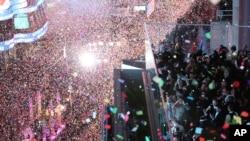 Hampir 1 juta warga menyambut datangnya tahun baru 2016 di Times Square, Manhattan, New York, 1 Januari 2016.