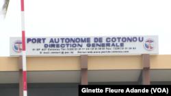 La devanture du Port Autonome de Cotonou, l'une des sociétés en route d'être mise en concession, à Cotonou, 8 juin 2017. (VOA/Ginette Fleure Adande)