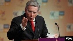 "Uribe asegura que Santos ha asumido un ""lenguaje sumamente complaciente"" con Venezuela."