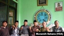 Perwakilan sejumlah komunitas lintas iman di Yogyakarta, Sabtu (16/3/2019) melakukan aksi solidaritas di Pondok Pesantren Nurul Ummahat Kotagede, mengecam keras penembakan masjid di Selandia Baru. (Foto: Munarsih Sahana/VOA).