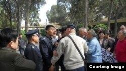 山东警方阻挡民众在清明节纪念孙中山。(网络图片)