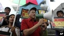 Đại biểu Quốc hội Philippines Walden Bello phát biểu trong 1 cuộc biểu tình trước Lãnh sự quán Trung Quốc ở Makati, 8/6/2011