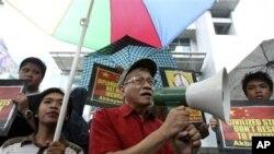 """Anggota Kongres Filipina Walden Bello (tengah), yang sangat lantang dalam menentang klaim Tiongkok, menyebut rencana penggeledahan kapal-kapal asing oleh Tiongkok """"pelanggaran hukum internasional yang menyolok"""" (foto: dok)."""