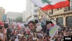 Aksi unjuk rasa di dekat parlemen Lebanon, di Beirut, 22 Agustus 2015 (J. Owens/VOA)