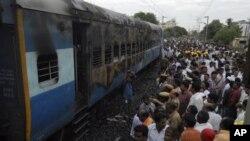 Sedikitnya 32 tewas dalam kebakaran gerbong kereta api di Nellore, 500 kilometer selatan Hyderabad, India (30/7).
