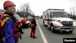 24일 미국 워싱턴 주 오소 마을에서 구조대가 산사태로 인한 실종사 수색 작업을 벌이고 있다.