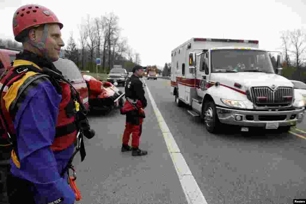 Nhân viên cứu hộ và xe cứu thương tại Oso, bang Washington.