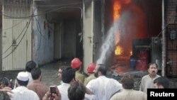 11일 화재가 발생한 공장에서 진화작업에 나선 소방관들.