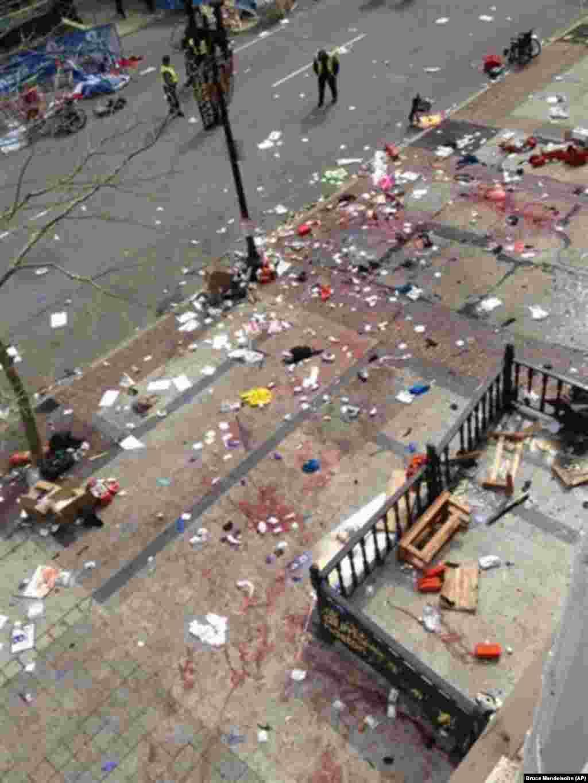 Kameraların önünde kaydedilen patlamalardan sonra televizyonlara yansıyan görüntülerde insanların panik içinde kaçıştığı, Boylston Caddesi'nin üzerini enkaz ve kan lekeleri kapladığı, yardım görevlilerinin yaralıları sedyelerle taşıdığı ve binaların hasar gördüğü gözlendi. (AP)