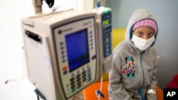 FILE - A young cancer patient is seen at a pediatric oncology clinic in Miami, Florida, Dec. 8, 2014. The number of childhood cancer cases rose by 13 percent during past two decades, according to an agency of the World Health Organization.