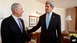 2013年6月28耶路撒冷: 美国国务卿克里和以色列总理内塔尼亚胡(资料照片)
