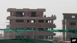10일 탈레반 무장단체가 아프가니스탄 카블 국제공항을 공격했다. 상황이 종료된 후 아프간 군인들이 건물을 경계하고 있다.