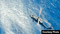 直升飞机悬吊伤患和救援者(美国空军提供)
