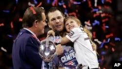 """新英格兰爱国者队的明星队员汤姆·布雷迪在本队赢得第53届美式橄榄球""""超级碗""""总冠军后,抱着女儿维维安。(2019年2月3日)"""