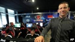 """Le directeur de l'athlétisme de l'université Robert Morris et coordinateur d'eSport, Kurt Melcher, pose pour une photo lors d'un jeu vidéo """"League of Legends"""" avec ses coéquipiers collégiaux dans leur centre de formation à Chicago, Illinois, 23 septembre"""