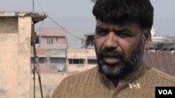 Ông Zafar Khan, một người bán trái cây, đã trải qua những vụ sách nhiễu. Ông thuật lại như sau về việc cảnh sát chặn xe tại các chốt kiểm soát.
