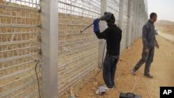 Di dân Châu Phi làm việc tại một công trình xây dựng một hàng rào dọc theo biên giới với Ai Cập ở phía nam Israel