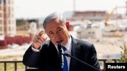 El primer ministro de Israel Benjamin Netanyahu hace declaraciones frente a una nueva construcción en un asentamiento judío al que los israelíes llaman Har Homa y los palestinos Jabal Abu Ghneim, en Cisjordania.