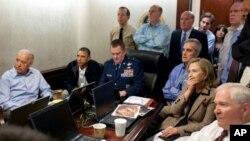 5月1号奥巴马总统和其他馆员密切关注特种部队行动的情景