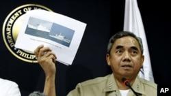 Laksamana Alexander Pama, kepala AL Filipina menunjukkan foto dua kapal pengintai Tiongkok yang memasuki perairan yang disengketakan (11/4).