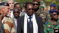 Presiden sementara Mali, Dioncounda Traore (tengah) ketika mengunjungi tentara Mali dan tentara Perancis di Bamako (foto: dok).