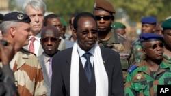 Le président intérimaire Dioncounda Traoré visant la base aérienne de Bamako (Archives)