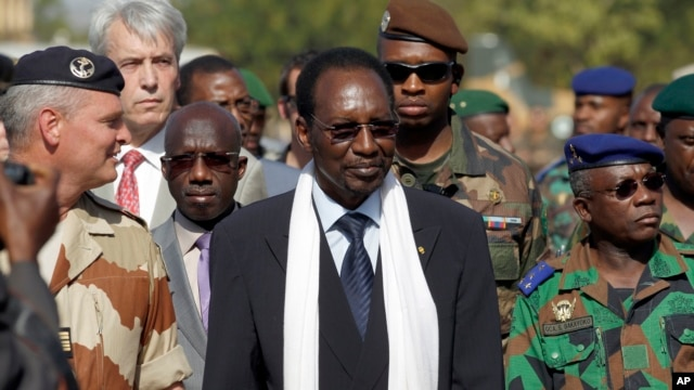 Mali's President Dioncounda Traore, center, visits the troops on the military side of Bamako's airport, January 16, 2013.