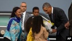 Barack Obama accueilli avec des fleurs à son arrivée à Addis Abeba, Ethiopie, le 26 juillet 2015