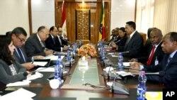 Delegasi Mesir yang dipimpin Menlu Meside Sameh Shoukry (kiri) bertemu Menlu Ethipia di Addis Ababa, Selasa (26/12).