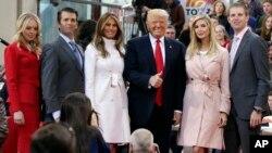Le président Donald Trump, entouré de sa famille, dont Donald Trump Jr, posant à côté de Melania Trump, à New York, le 21 avril 2016.