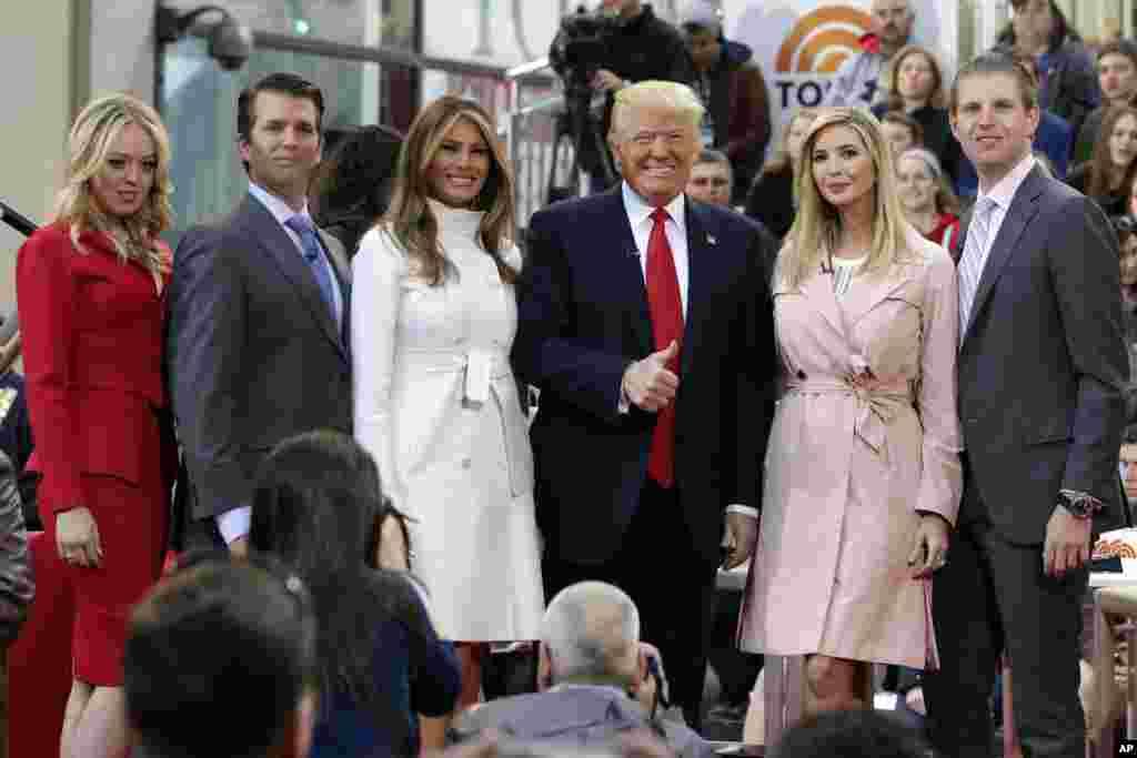 """Le président Donald Trump, quatrième à partir de la gauche, alors candidat à la présidentielle, pose pour une photo avec des membres de sa famille lors d'un programme de télévision de NBC, """"Today"""", à New York, 21 avril 2016."""