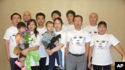 赵连海(前排右二)组织结石宝宝维权行动