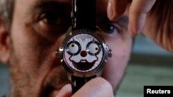 کنستانتین چایکین، ساعت ساز روس، با ساعت «دلقک» اش که برای او جایزه بزرگ ساعت سازی ژنو سوئیس را به دنبال آورد. مسکو، روسیه - ۱۳ نوامبر ۲۰۱۸