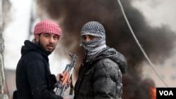 지난 달 30일 시리아 수도 다마스쿠스에서 교전 중인 시리아 반군. (자료사진)