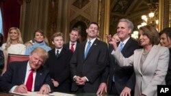 Predsednik Tramp u prisustvu kongresnih lidera i svoje porodice formalno potpisuje nominacije za svoj kabinet u Predsedničkoj sobi Senata.