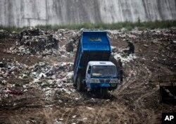 중국 허난성 장리동 쓰레기 하치장에서 트럭이 쓰레기를 쏟아붓고 있다.
