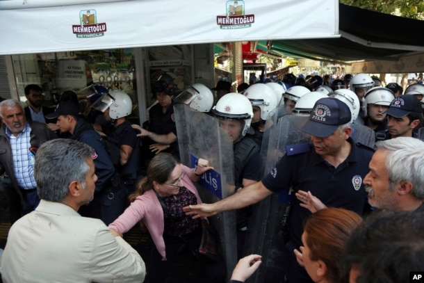 Protests Flare In Turkey After Kurdish Co Mayors Arrested On