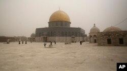 Masjid Kubah Batu di komplek masjid Al Aqsa di Yerusalem diselimuti oleh badai pasir (8/9).