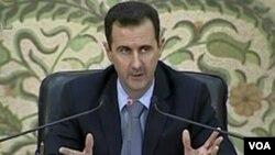Presiden Bashar al-Assad mengatakan pengiriman militer ke kota Daraa adalah untuk melindungi warga dari kawanan bersenjata yang memicu demonstrasi.