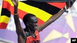 Pelari Uganda Stephen Kiprotich merayakan kemenangan setelah menyelesaikan lomba lari maraton hari Minggu (12/8).