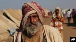 Un anciano yazidí llega al campo de refugiados de Noruz, en Derike, Siria.