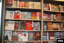 香港机场书店里的中国政治历史书,其中有不少在中国大陆是禁书