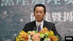 不当党产处理委员会主委顾立雄在揭牌仪式上致辞。(美国之音林枫拍摄)