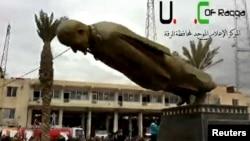Pobunjenici ruše statuu bivšeg sirijskog predsednika Hafeza al-Asada u centru osvojenog grada Rake