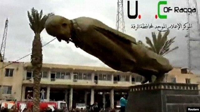 ຮູບປັ້ນທ່ານ Hafez Al-Assad ພໍ່ຂອງປະທານາທິບໍດີ Bashar Al-Assad ໄດຖຶກແກ່ລົງທີ່ເມຶອງ Raqqa.