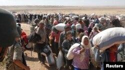 Un guardia turco vigila la frontera mientras cientos de kurdos sirios intentan conseguir protección huyendo del grupo Estado islámico.