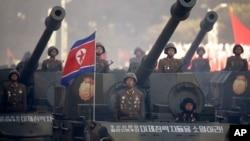 지난해 10월 평양에서 열린 노동당 창건 70주년 열병식에서 탱크 부대가 행진하고 있다. 탱크 앞에 '조선 인민의 철천지 원수인 미제 침략자들을 소멸하라!'는 문구가 씌어있다. (자료사진)